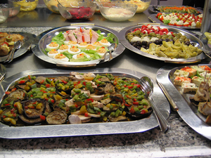 Photo of food buffet by Nic McPhee, wiki commons